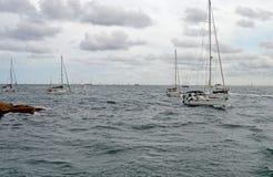 返回到港口的游艇 免版税库存照片