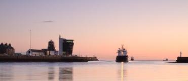 返回到阿伯丁港口的供应小船 库存图片