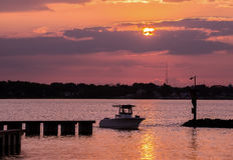 返回在家在日落的渔船 免版税库存图片