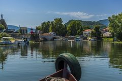 返回在小船旅行以后在斯库台湖附近,黑山夏令时 库存图片