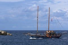 返回在旅行以后的巡航小船 库存图片