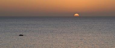 返回在日落的小船 图库摄影