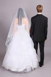 返回新娘照相机新郎立场他们 免版税库存图片