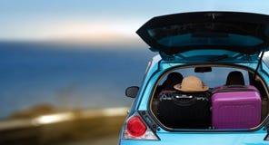 返回的充分汽车和袋子从暑假 被超载的加州 免版税库存图片