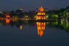 返回的剑的湖全景在微明下 河内,越南的历史中心 库存照片