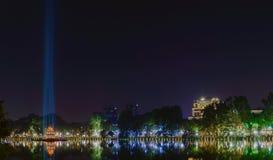 返回的剑的Hoan Kiem Lake湖的夜视图 库存图片