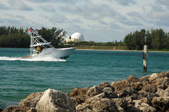 返回的小船捕鱼港口 库存图片