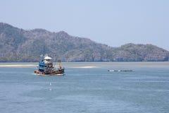 返回的小船捕鱼港口 图库摄影