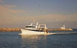 返回的小船捕鱼港口 免版税库存照片