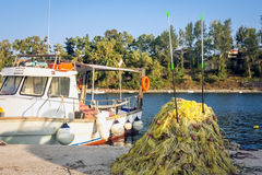 返回从海的捕鱼船 免版税库存图片