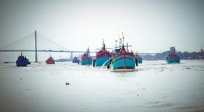 返回从渔,湄公河三角洲,越南的渔船 库存图片