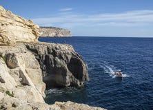 返回从蓝色洞穴的小船在马耳他的戈佐岛 免版税库存照片