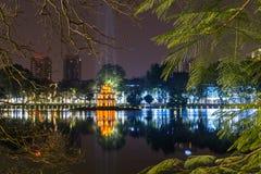 还剑湖的夜视图和乌龟在河内耸立 免版税库存照片