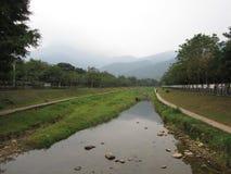 这一条河在村庄 免版税库存照片