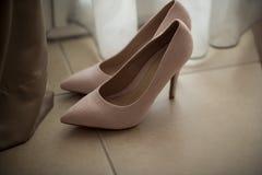 这个亲密的婚礼的光滑和原始桃红色新娘鞋子 免版税库存图片