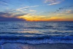 这个场面作为太阳设置了在圣彼德堡海滩 库存照片