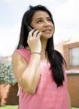 这个夫人由电话谈话 免版税图库摄影