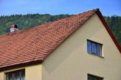 这个方形的陶瓷砖屋顶是红色的 屋顶复盖物的老类型在第19 centur的富有的房子里 库存照片