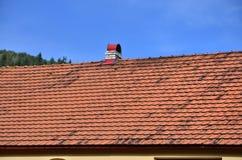 这个方形的陶瓷砖屋顶是红色的 屋顶复盖物的老类型在第19 centur的富有的房子里 免版税库存照片