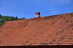 这个方形的陶瓷砖屋顶是红色的 屋顶复盖物的老类型在第19 centur的富有的房子里 库存图片