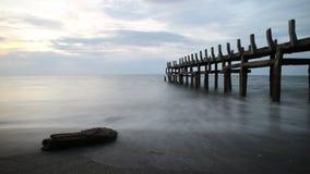 在一个美丽的海滩的日落 免版税库存图片