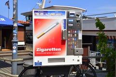 这个香烟机器在Warnemunde,德国旅游镇的进城区域被看见了  库存图片
