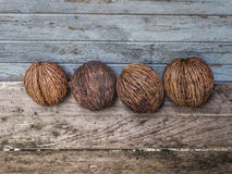 这些干核桃结果实有与木的坚硬壳作为背景 免版税图库摄影