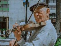 这位小提琴手总是弹他的小提琴 免版税库存照片