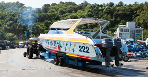 这台拖拉机为使小船下水使用海滩 免版税图库摄影