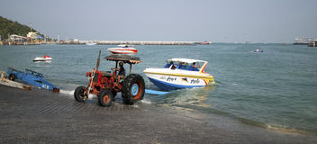 这台拖拉机为使小船下水使用海滩 库存图片