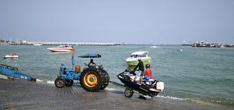 这台拖拉机为使小船下水使用海滩 库存照片