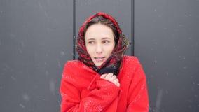 这录影是关于在温暖的红色外套包裹的美丽的年轻白种人妇女微笑对与牙括号的照相机 股票视频