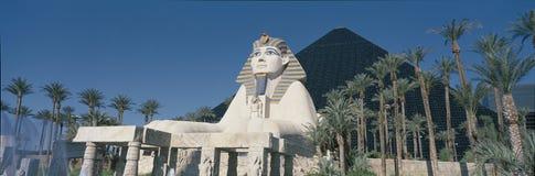 这日间是卢克索旅馆 它显示埃及的极大的金字塔和狮身人面象的复制品 免版税图库摄影