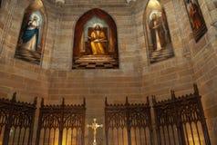 这是与污迹玻璃窗的一块天主教天花板 免版税库存图片
