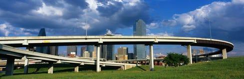 这是与达拉斯地平线可视后面的一座高速公路天桥它 高速公路曲线和蛇在一个圈子在前面 免版税图库摄影