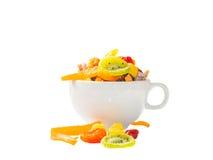 这是五颜六色的干果子和被安置的咖啡杯的图片 免版税库存图片