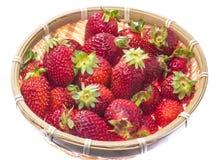 在一个竹篮子供食的草莓 免版税库存图片