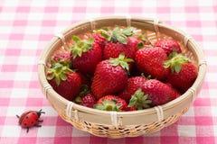 在一个竹篮子供食的草莓 免版税图库摄影