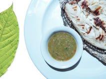 这是在白色的一条盐生了酒垢的烤鱼被隔绝的 免版税库存照片