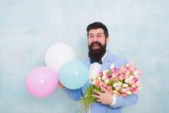 这是春天 r 与花的正式成熟商人爱日期 E 蝶形领结的有胡子的人 库存图片
