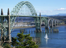 YaquinaBay桥梁在纽波特,俄勒冈。 库存图片