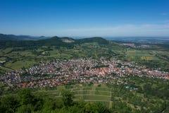 这是看法从城堡城镇Hohenneuffen的观点在一个夏日 免版税库存图片