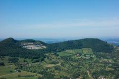 这是看法从城堡城镇Hohenneuffen的观点在一个夏日 免版税图库摄影