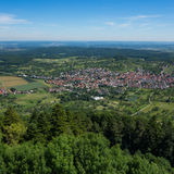这是看法从城堡城镇Hohenneuffen的观点在一个夏日 免版税库存照片