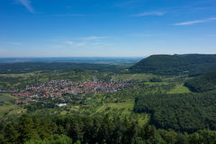这是看法从城堡城镇Hohenneuffen的观点在一个夏日 图库摄影