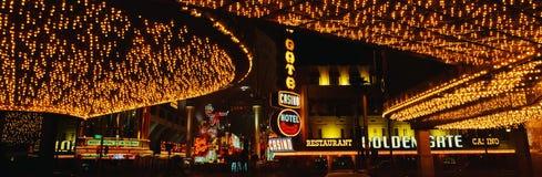 这是主街上的一部分在叫作Fremont街道经验的拉斯维加斯 有打开从Th的霓虹灯小条 免版税库存照片