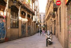 这条小,五颜六色的巷道是常见的情景在巴塞罗那 库存图片