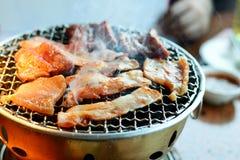 这种食物是韩国BBQ;牛肉和猪肉在热的co烤 免版税库存照片