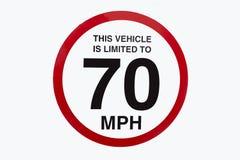 这辆车被限制到70英里/小时标志 皇族释放例证
