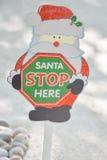 这里圣诞老人中止圣诞节标志 库存图片